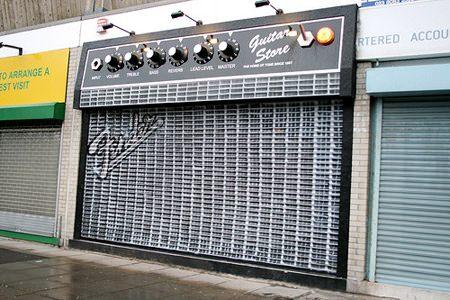 ↑ 閉店中のギター店