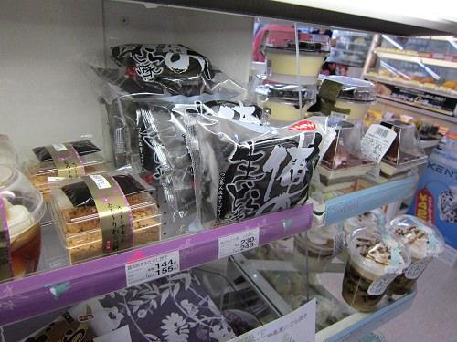↑ ファミリーマートのスイーツコーナーに配された「俺の 生どら焼き つぶあん&ホイップクリーム」